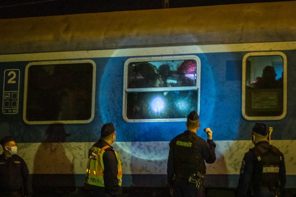 Traversée de Hegyeshalom sous escorte policière pour rejoindre l'Autriche distante de 3 Kilomètres